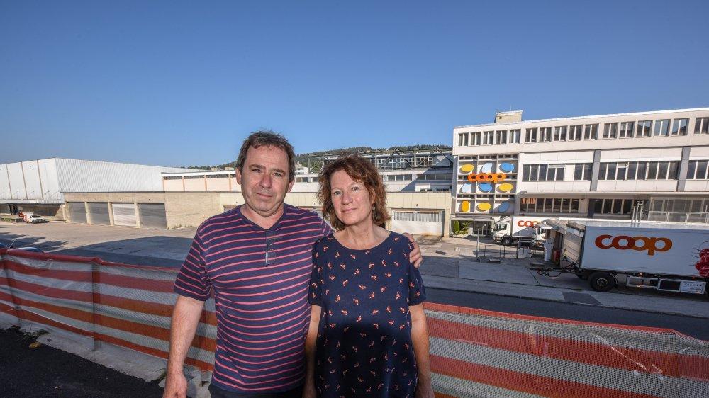 Ursula et Pascal Pellaton devant leur immeuble récemment rénovés à la rue du Commerce. Avec la centrale Coop à moins de 100 mètres.
