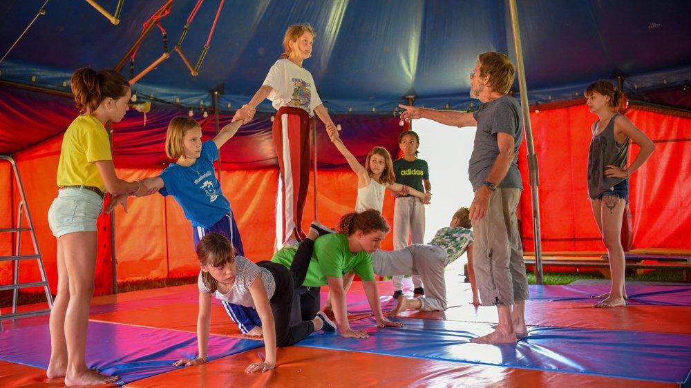 Ni souplesse, ni talent particulier sont requis au cirque Bombonelli. Tout s'apprend sur place.