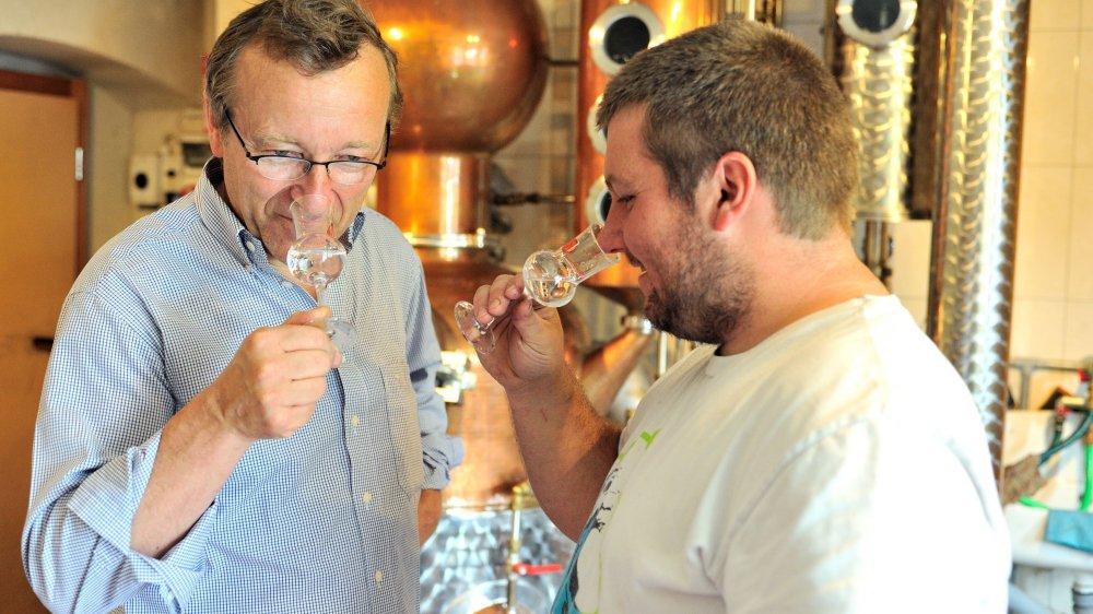 George Wenger et Sylvain Bourquard, distillateur à façon et producteur à Les Bois, en pleine dégustation.