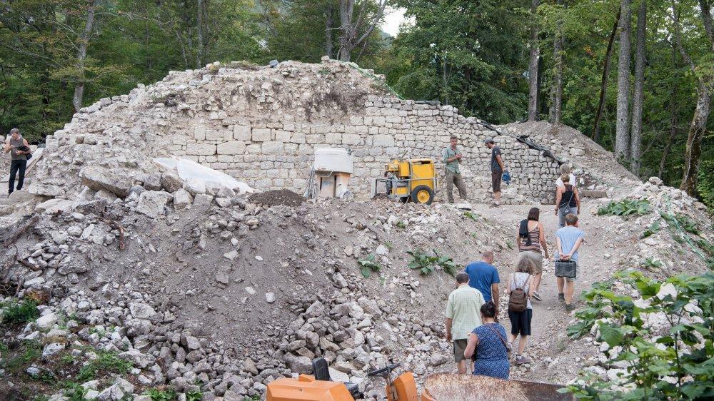 Alors que jusque-là, seule la base d'une tour était encore visible, les travaux ont fait ressortir les imposants murs du château de Rochefort.