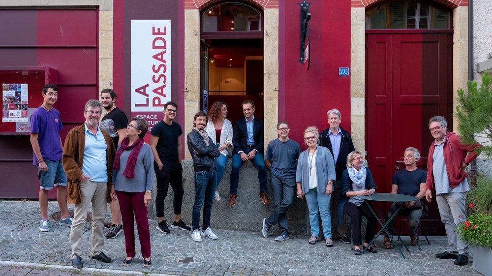 Raymond et Carla Aeby, hôtes de la Passade (4e et 5e depuis la droite), en compagnie de certains comédiens de la troupe des Amis de la scène.