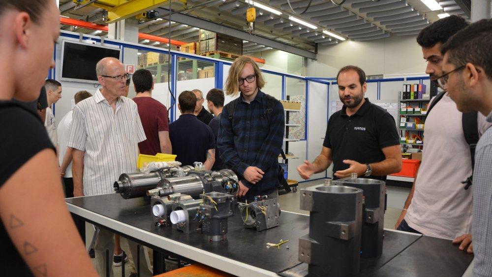Les étudiants en ingénierie du design industriel lors de la visite des ateliers de Tornos, accompagné par Jean-Claude Ferrier, responsable de la filière à la He-Arc . Août 2018, Moutier.