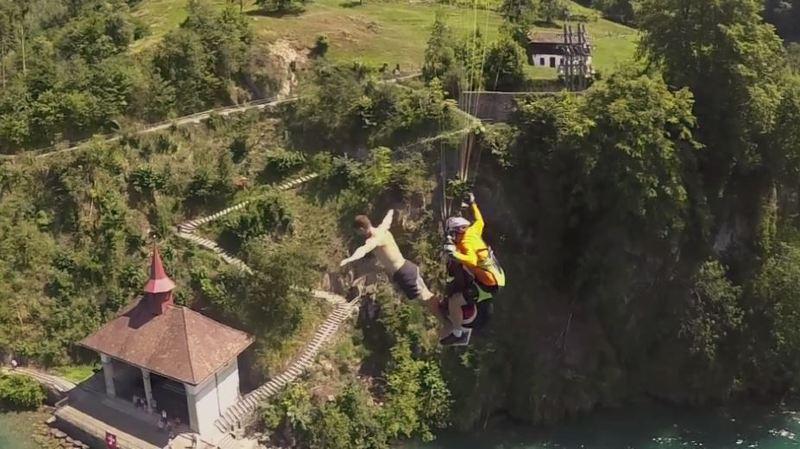 Uri: il plonge dans le lac des Quatre-Cantons depuis un parapente