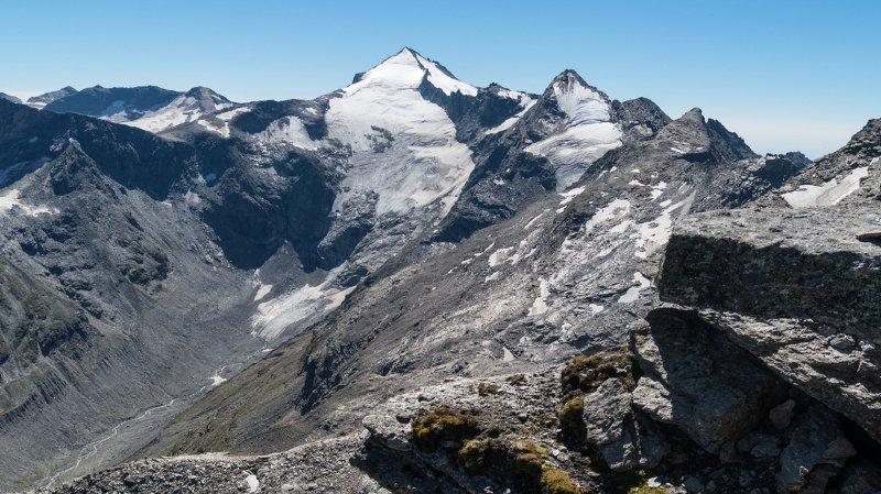 Les alpinistes sont tombés sur une soixantaine de mètres avant d'atterrir dans une crevasse de glace.
