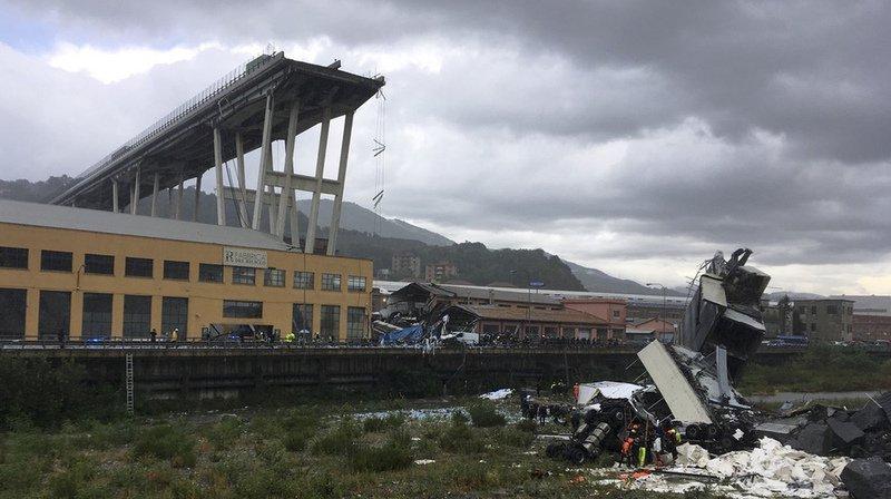 Gênes: des images montrent un homme passer sous le pont quelques secondes avant son effondrement