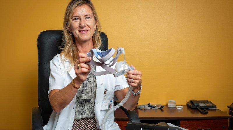 La pneumologue Véronique Negrel avec un appareil de ventilation en pression positive continue.