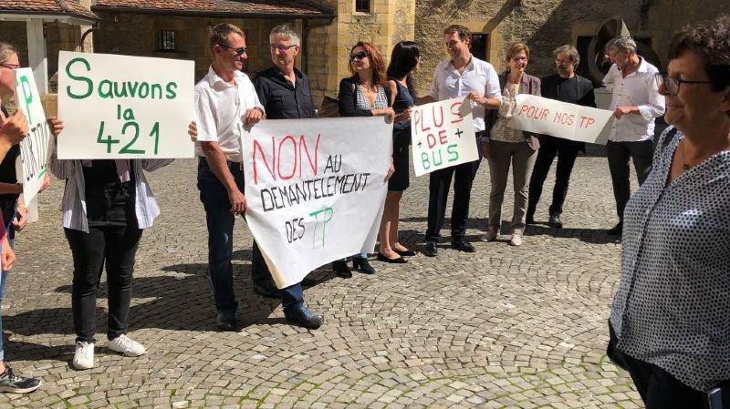 Du soutien pour les transports publics dans la cour du château de Neuchâtel.