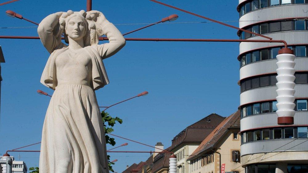 En 1935, Léon Perrin avait réalisé une statue en hommage à Léopold Robert. Celle-ci trône au début du trottoir central du Pod à La Chaux-de-Fonds, en face de la Grande Fontaine.