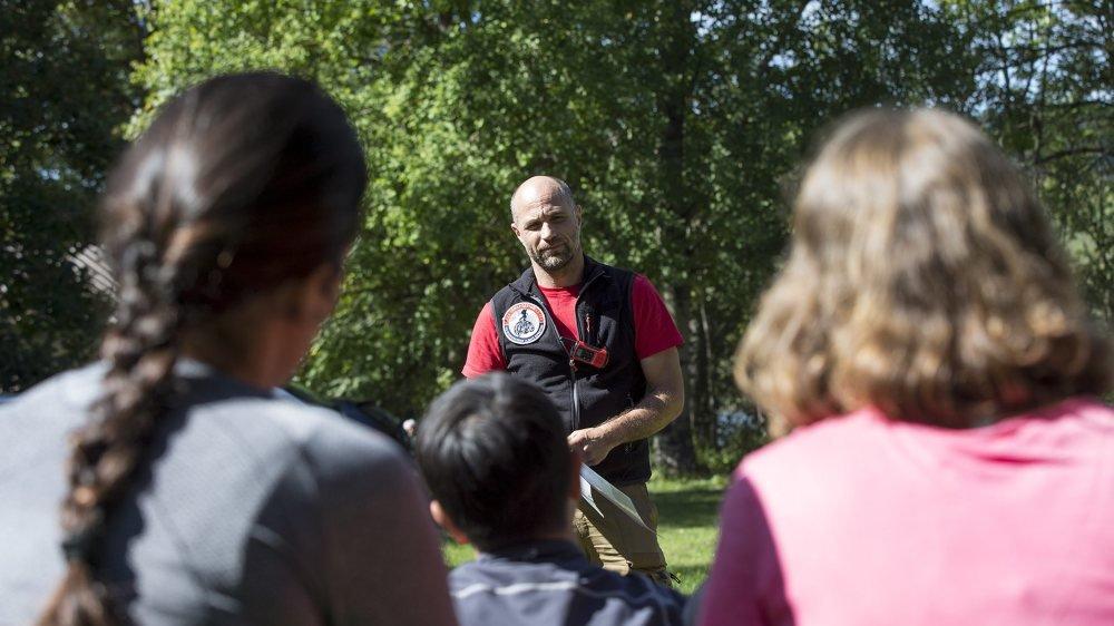 L'explorateur Christian Clot, samedi au bord du lac Brenet, dans la Vallée de Joux, avant que les candidats explorateurs se lancent à l'eau.
