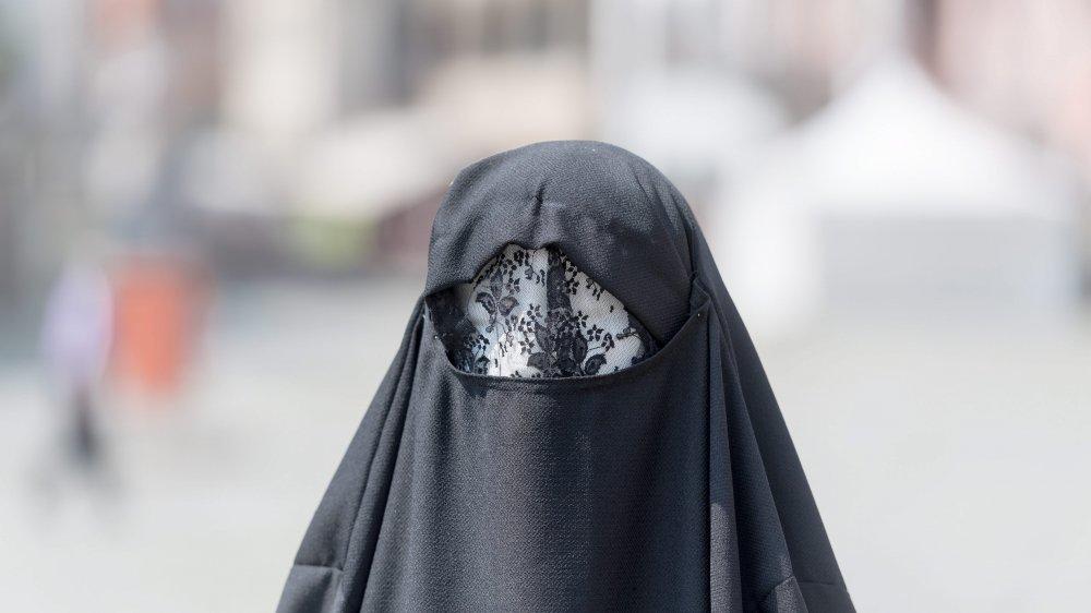 Les opposants dénonçaient une loi inutile, puisqu'il n'y a pratiquement pas de femmes portant la burqa dans le canton.