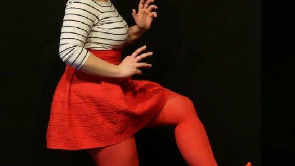Sur scène,  Garance La Fata  interprète tous  les personnages, tandis que  Danae Dario  endosse le rôle  de narratrice.