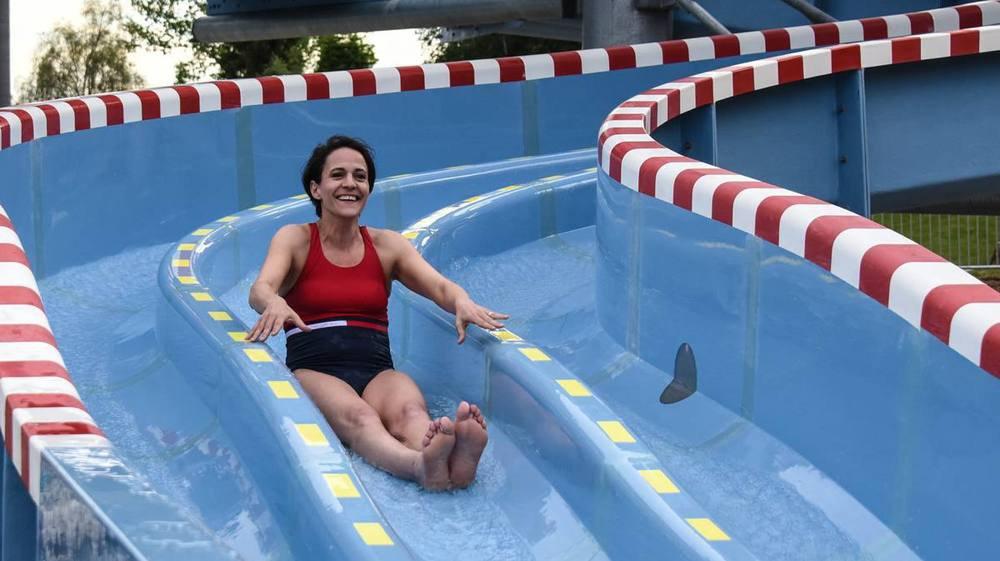 Katia Babey s'était mouillée à l'inauguration du toboggan, en juin 2017. Le Conseil communal en fera-t-il autant pour les bassins?
