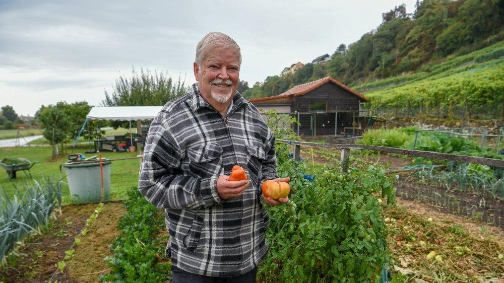 Jean-Marc Rossel dans son jardin potager de Saint-Blaise.