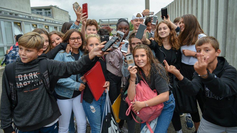 A Cescole, la grande majorité des élèves respectent l'interdiction du natel dans le périmètre scolaire. Sauf pour la photo!