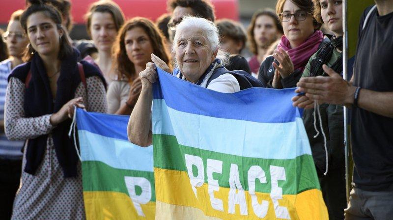 """""""Paix"""", réclament des manifestantes à Berne en protestant contre l'assouplissement des règles d'exportation d'armes."""
