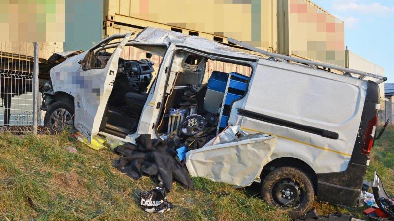 Les deux occupants sont restés coincés dans le véhicule.