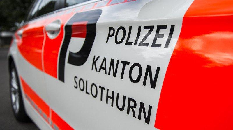 La voiture a violemment percuté des arbres, a indiqué dimanche la police soleuroise.