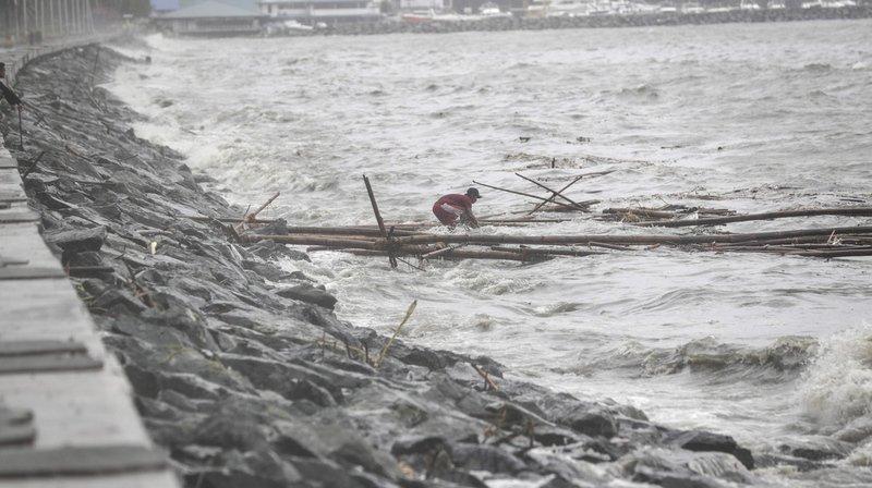 Le super typhon Mangkhut, avec des pointes de vent de plus de 200 km à l'heure, a touché samedi le nord des Philippines.