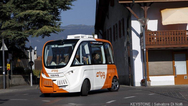 Genève: les TPG testent des petits bus navettes autonomes électriques dans le village de Meyrin
