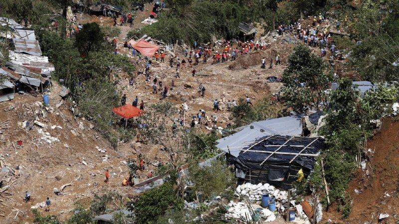 Les glissements de terrains ont détruit les routes ce qui freine encore les recherches.