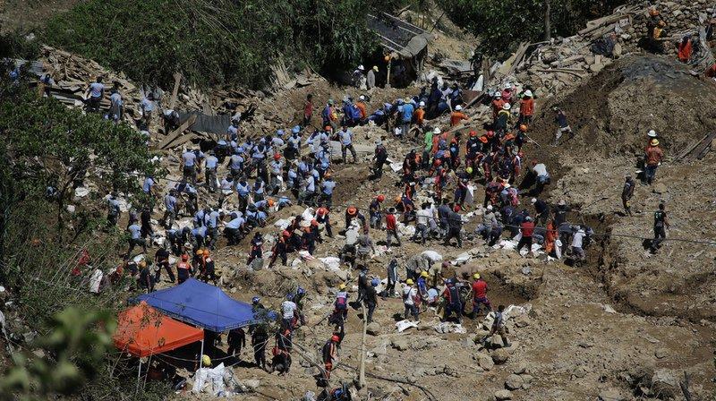 Les secouristes recherchent toujours des dizaines de personnes ensevelies sous la boue.