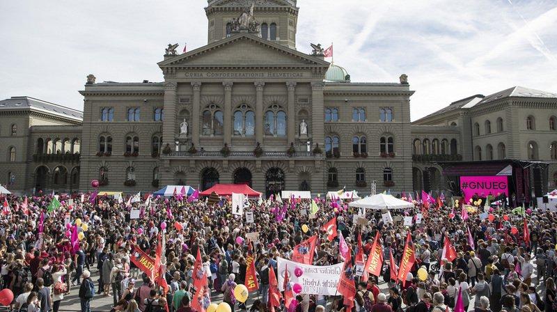 Près de 20'000 personnes manifestent à Berne pour l'égalité salariale, selon les organisateurs
