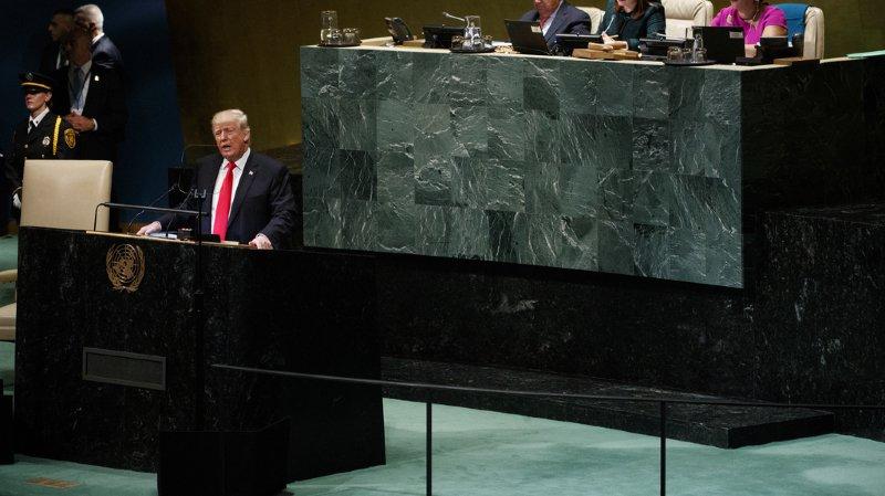 En réaction aux rires, Trump a souri puis continué son discours d'une trentaine de minutes.