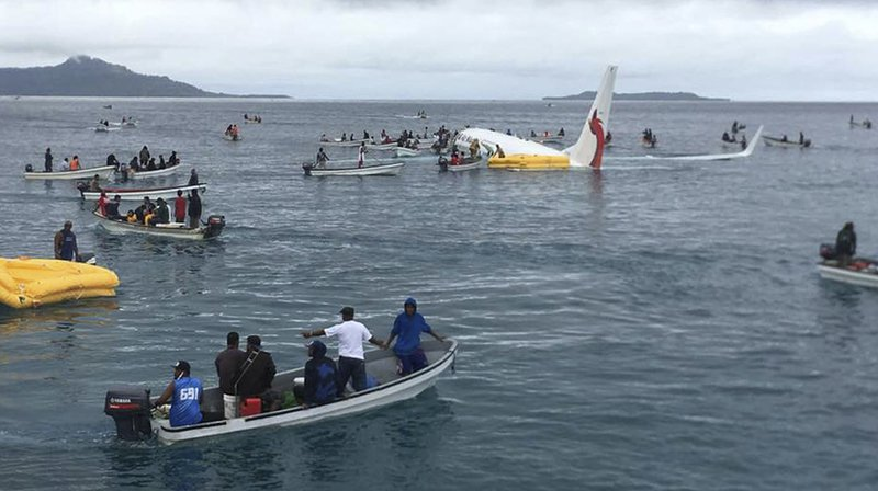 Les habitants se sont pressés sur les lieux à bord de petites embarcations pour récupérer les 35 passagers et 12 membres d'équipage de l'avion en perdition.