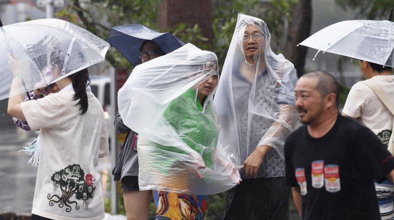 Japon: le puissant typhon Trami atteint l'île d'Okinawa et fait 17 blessés