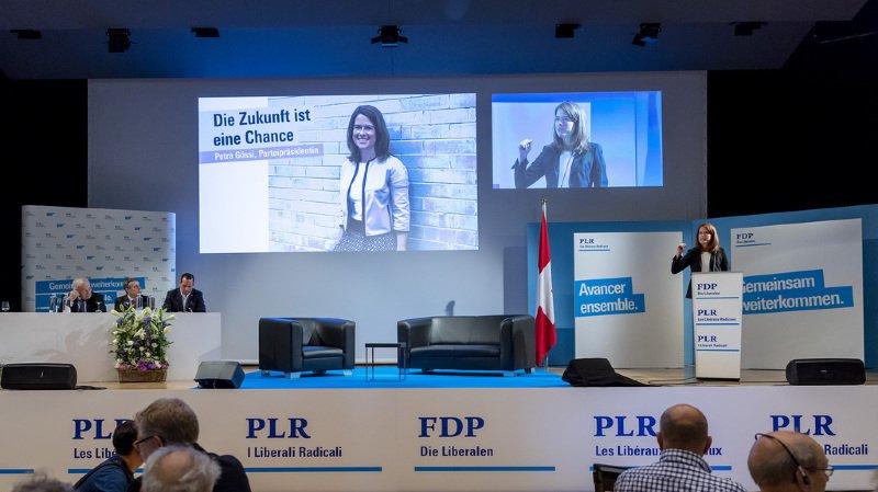 """La présidente du PLR a d'abord attaqué la gauche qu'elle accuse d'avoir """"tout simplement ignoré les problèmes de la politique européenne pendant des années"""". """"Moi aussi je veux que notre marché du travail soit protégé."""
