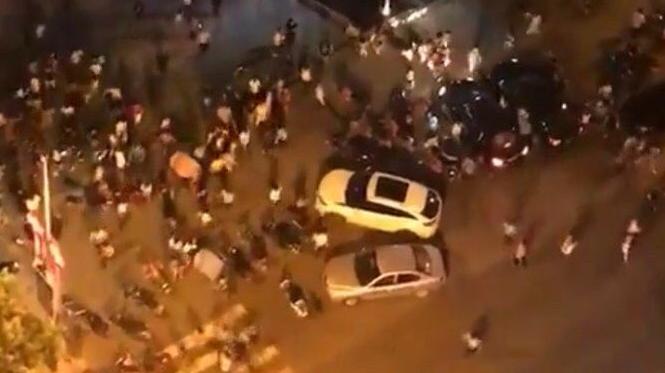 Des photos circulant sur les réseaux sociaux montrent un véhicule de type 4 x 4 avec le pare-choc enfoncé.