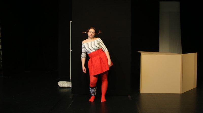 Sur scène, une seule actrice interprète tous les personnages