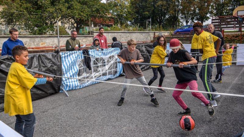 Le premier des défis lancés aux jeunes et moins jeunes: une partie de baby-foot grandeur nature.