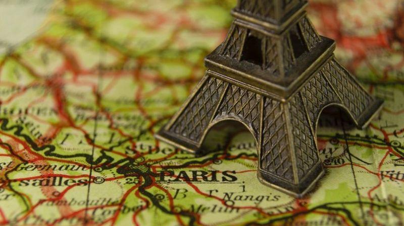 Vingt tonnes de tours Eiffel miniatures saisies à Paris