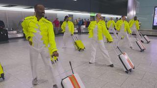 Londres: des bagagistes de l'aéroport d'Heathrow rendent hommage à Freddie Mercury