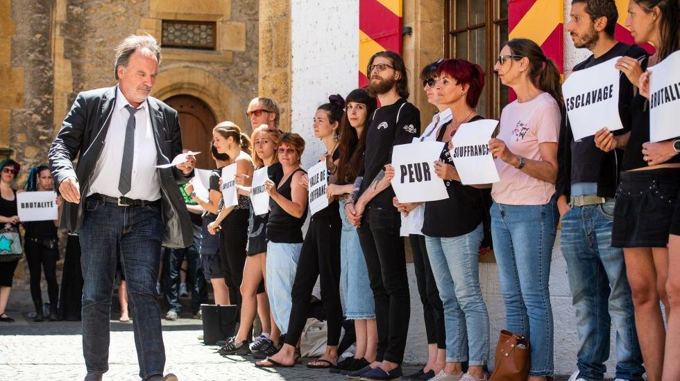 Jean-Luc Pieren en juin, à son arrivée au Grand Conseil, avec des manifestants opposés à halle aux taureaux de Coffrane.