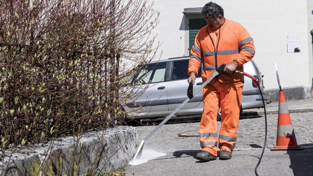 La ville de La Chaux-de-Fonds a inauguré en avril 2017 une nouvelle machine a désherber utilisant de la bio-mousse.