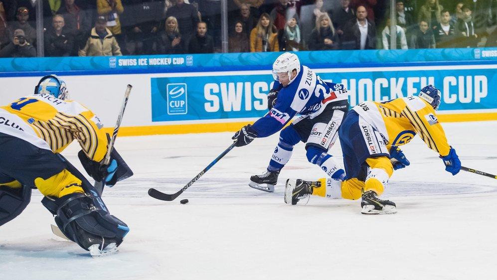 Daniel Carbis (en bleu) se défait du Davosien Sven Jung avant d'aller affronter le gardien Anders Lindbäck: sans succès.