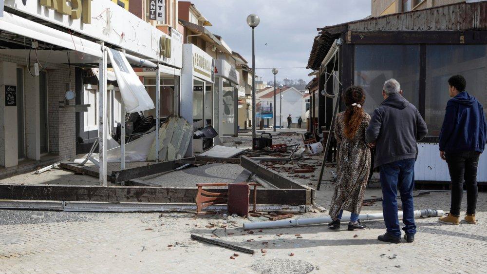 Des restaurants détruits à Praia da Vieira, au Portugal, après le passage de la tempête Leslie.