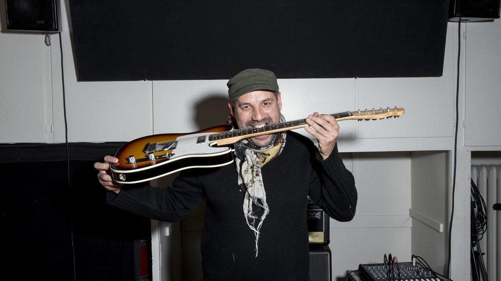 Julien Revilloud joue de la guitare depuis vingt ans. Aujourd'hui, il transmet son savoir à l'école Ton sur Ton, à La Chaux-de-Fonds.