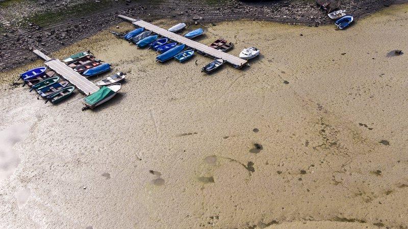 La sécheresse a fait baisser dramatiquement les eaux du lac des Brenets.