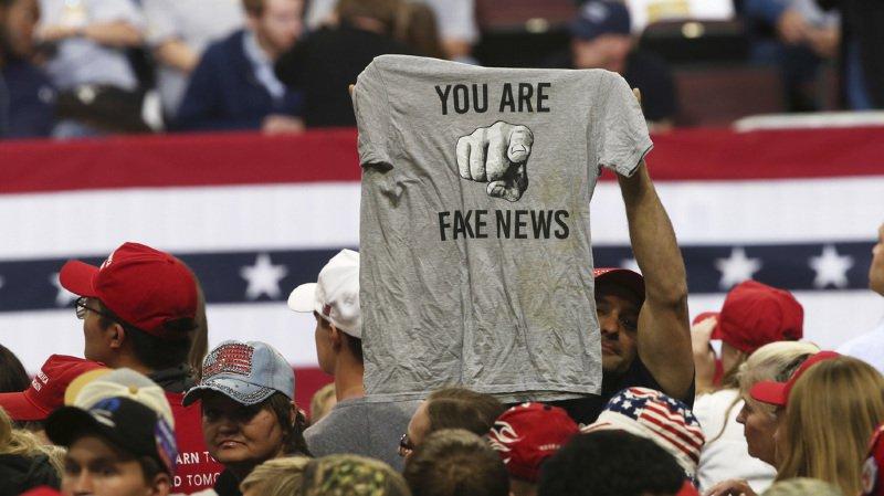 """Les """"fake news"""" ou fausses informations se propagent sur les réseaux sociaux."""