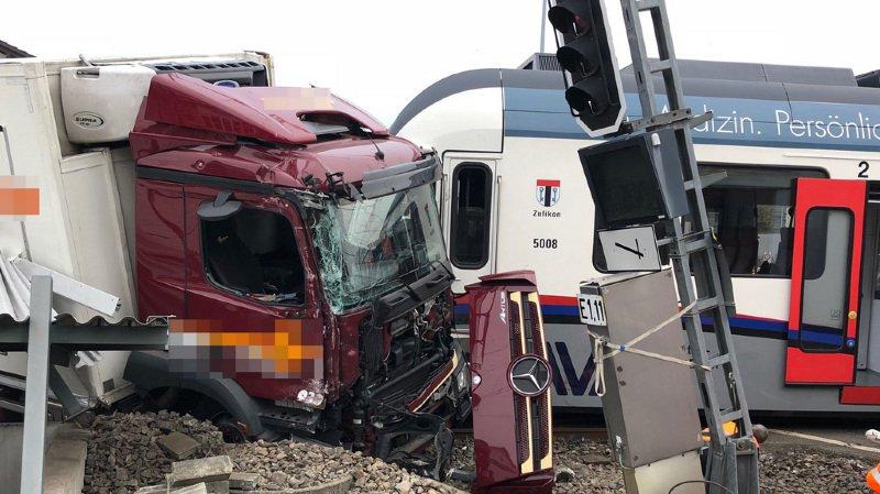 Argovie: collision entre un camion et un train, les deux chauffeurs blessés