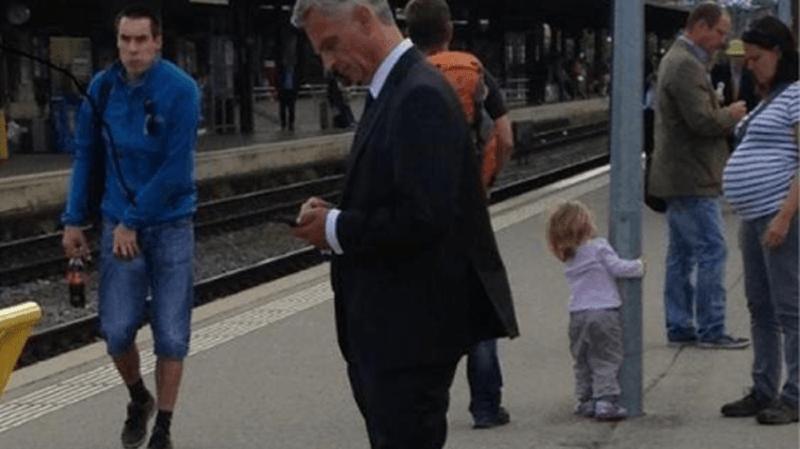 Une photo de Didier Burkhalter prise en gare de Neuchâtel fait le buzz