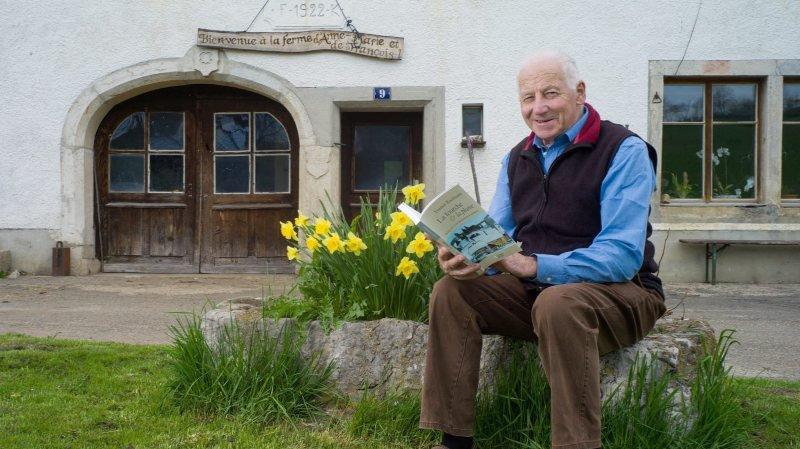 Francis Kaufmann, agriculteur, journaliste, poète et écrivain, ici en 2013, devant la ferme familiale, lors de la publication de son ouvrage «La fourche et la plume».