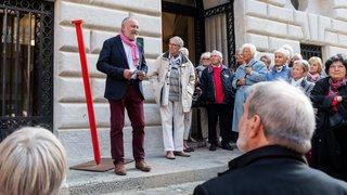 Le clou rouge de Patrimoine suisse planté à Neuchâtel