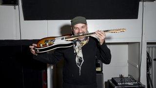 Le guitariste neuchâtelois Julien Revilloud fête ses vingt ans de carrière
