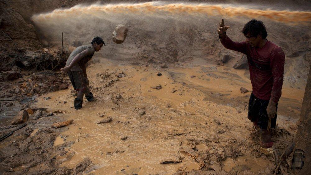 Extraction artisanale de l'or au Pérou, saisie par le photographe Rodrigo Abd en 2014 dans la région de Madre de Dios.