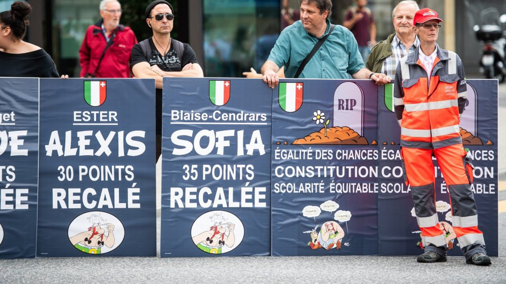 """Début juillet, un groupe de parents manifestait pour dénoncer les nouveaux critères d'accès aux lycées et les """"redoublements injustes"""" qui en découleraient."""
