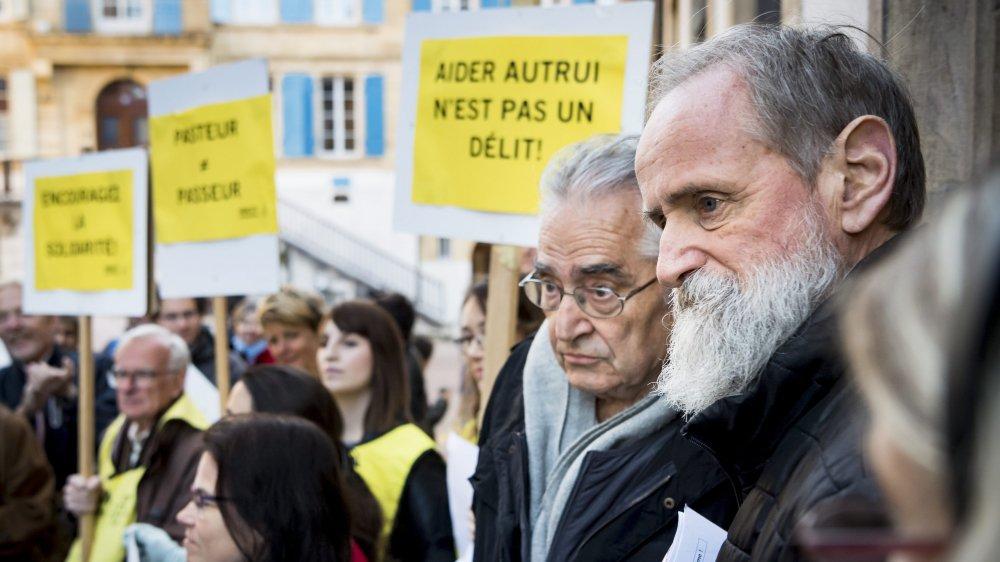 """Au premier plan de la manifestation de ce jeudi à Neuchâtel, le pasteur évangélique Norbert Valley, qui a fait appel de sa condamnation pour """"délit de solidarité""""."""